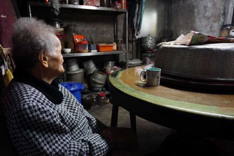 「知道有人在關心我,而不是這社會上沒人想理我」社工看見的是老人家年夜飯的小小願望,每一次接觸,都有機會讓老人家不孤單(弘道老人福利基金會提供)