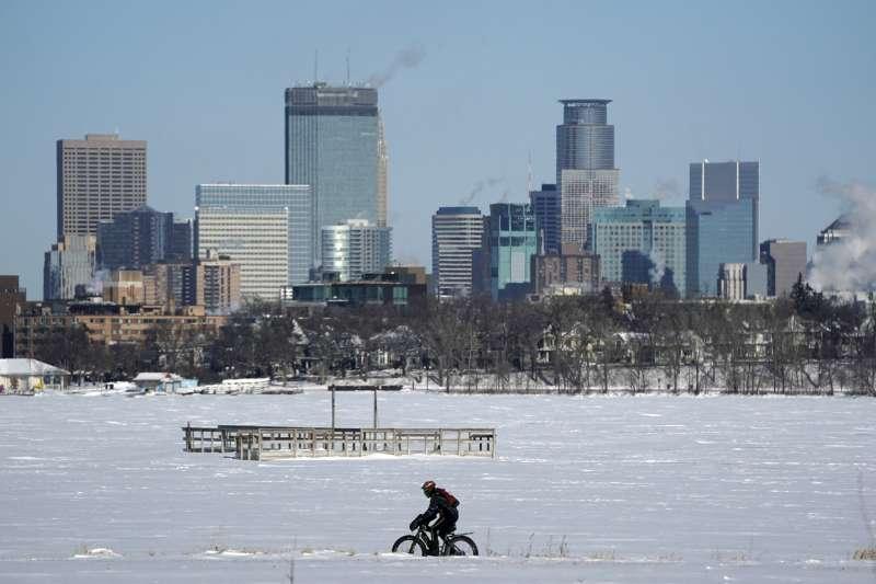 受極地渦旋影響,美國一些中西部城市成「冰封世界」(AP)