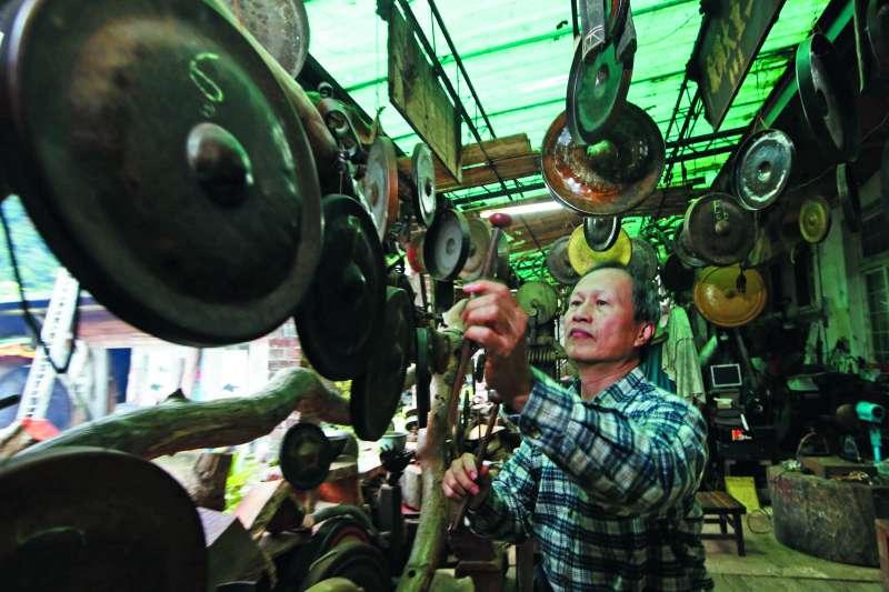 吳宗霖耗費15年才完成的「福爾摩沙之音」,成為工作室的招牌。(郭晉瑋攝)