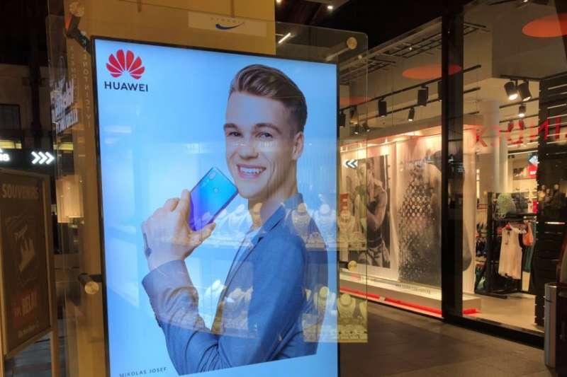 在捷克共和國布拉格一家大型購物中心內的華為廣告。(美國之音)