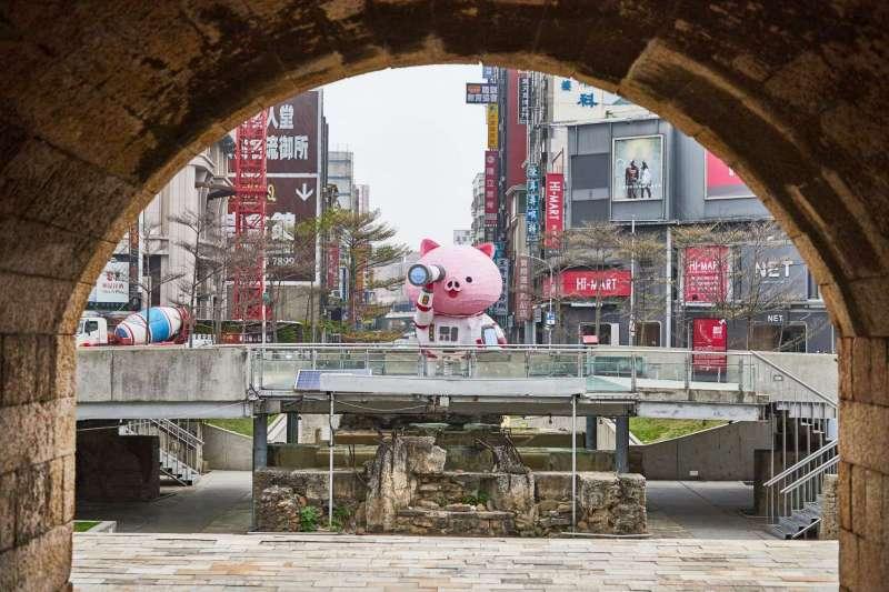 主燈東門城上的「小豬太空人」手持望遠鏡看向遠方幸福街景,探索城市之幸福未來的萌樣十分吸睛。(圖/新竹市政府提供)