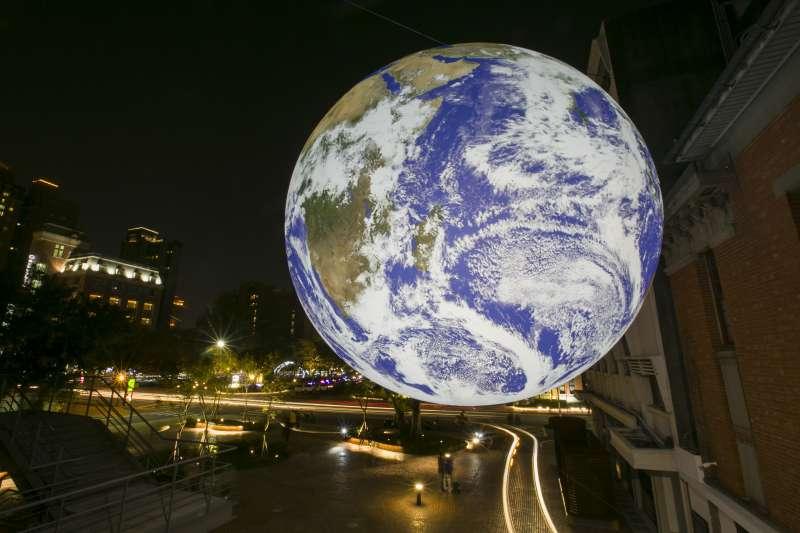 英國藝術家路克・傑朗姆所設計的《蓋亞》掛垂在幸福廣場上空,極像是漂浮在太空中的地球。