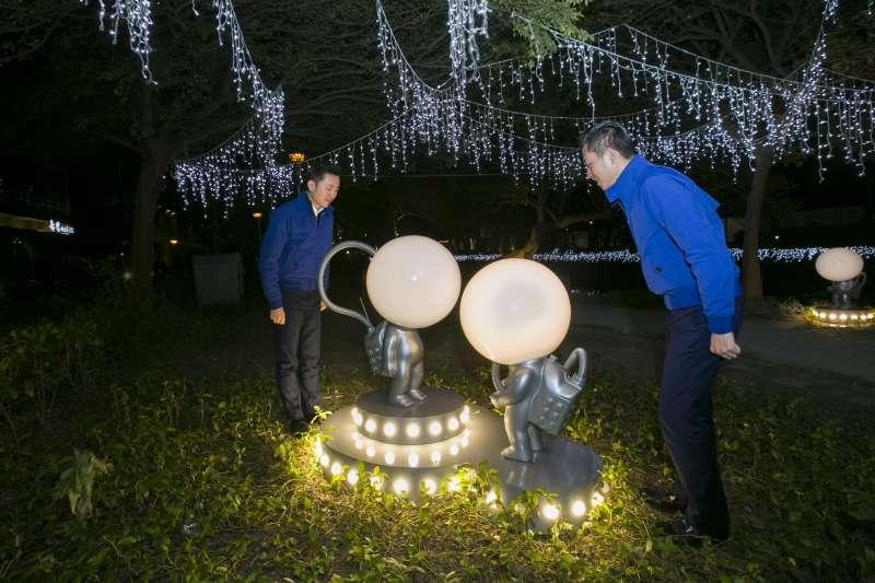 放置在公園角落的《月球寶寶》,是由藝術家林建榮所製作的,將其代表作燈泡人換穿上太空裝,宛如剛降落在護城河畔的太空人,背上裝備,準備探索這個未知城市。