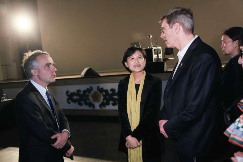 20190131-文化部長鄭麗君(中)31日出席思辨之夜,與法國在台協會主任 紀博偉(左)和法國人權大使 François Croquette(右)於會前交談。(簡必丞攝)
