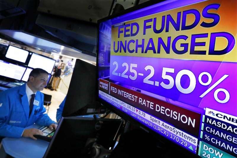 美國聯準會主席鮑爾表示,在2018年4次提高利率後,由於美國經濟遭遇「亂流」衝擊,進一步升息的理由已經減弱。(美聯社)