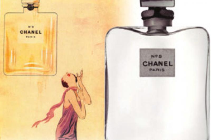 1922年香奈兒請著名的玻璃工廠Brosse Glassework打造的香水瓶,上面變成只有香奈兒的名號。(圖/作者Valerie若維)