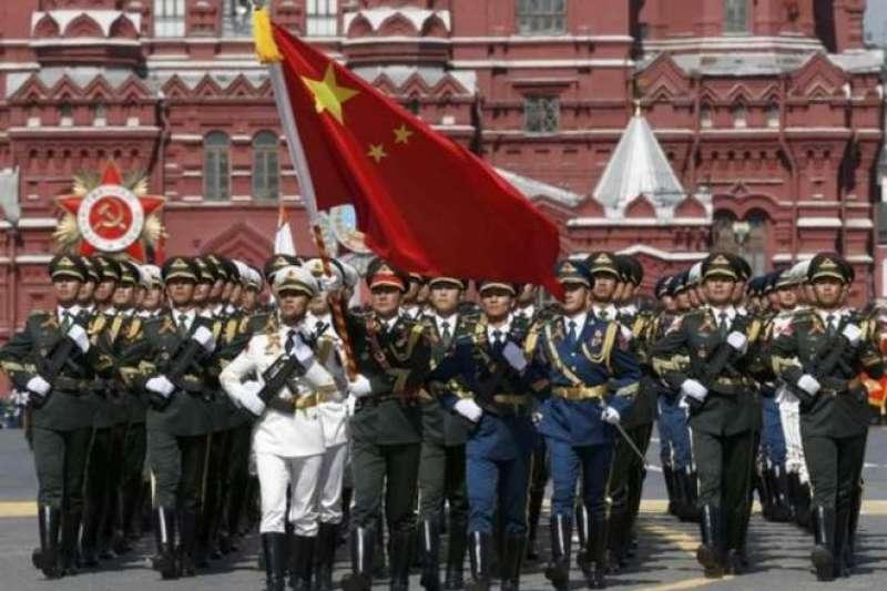 過去克里姆林宮和華盛頓的冷戰是意識形態對抗。圖為中國軍隊參加2015年莫斯科勝利日閱兵。(BBC中文網)