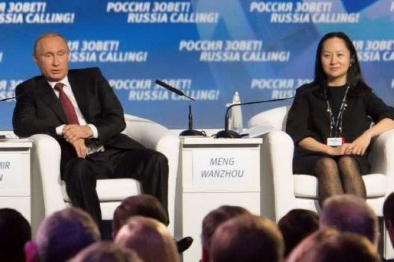 華為的常務董事孟晚舟被捕引發美國、加拿大和中國激烈爭執。俄羅斯總統普京和孟晚舟莫斯科VTB資本投資論壇上回答問題,2014年。