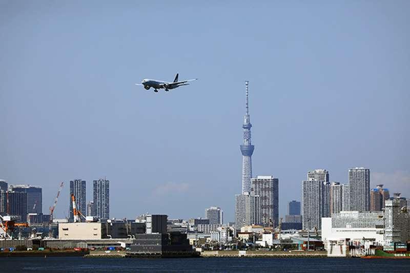夏天的羽田機場,航機必須要繞經東京灣,才能降落羽田機場,這是因為西側的東京上空,絕大部分都是橫田空域的緣故。(圖/想想論壇提供,陳威臣攝影)