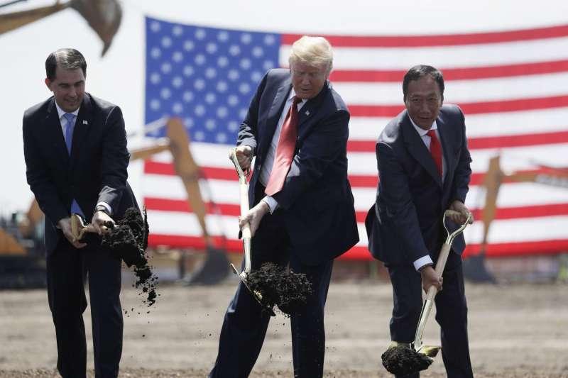 2018年6月底,美國總統川普與鴻海董事長郭台銘進行富士康威斯康辛州LCD工廠動土儀式。(AP)
