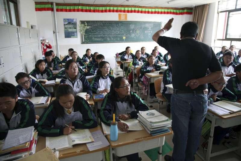 西藏學生在拉薩近郊的一間實驗中學上藏語課。(美聯社)