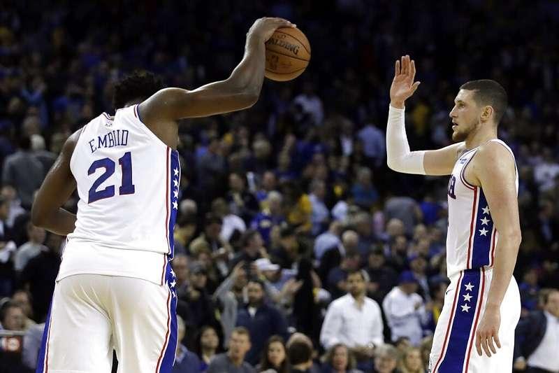 76人安比德(左)繳出26分20籃板,幫助隊伍睽違6年首度擊敗勇士。(美聯社)
