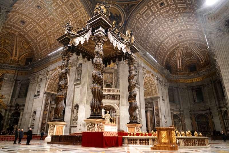 28.75米高羅馬式巴洛克風格的青銅華蓋祭壇(曾廣儀攝)
