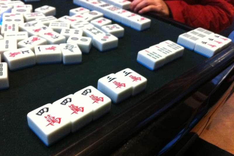 過年很多人都會在家裡「開桌」打麻將(圖/維基百科)