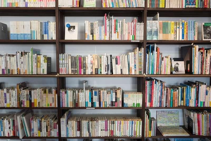 坊間租書店自2000後經歷雪崩式倒閉,而原先的讀者如今都飄往何去?或許圖書館是一個解答。(取自 Free-Photos @pixabay)