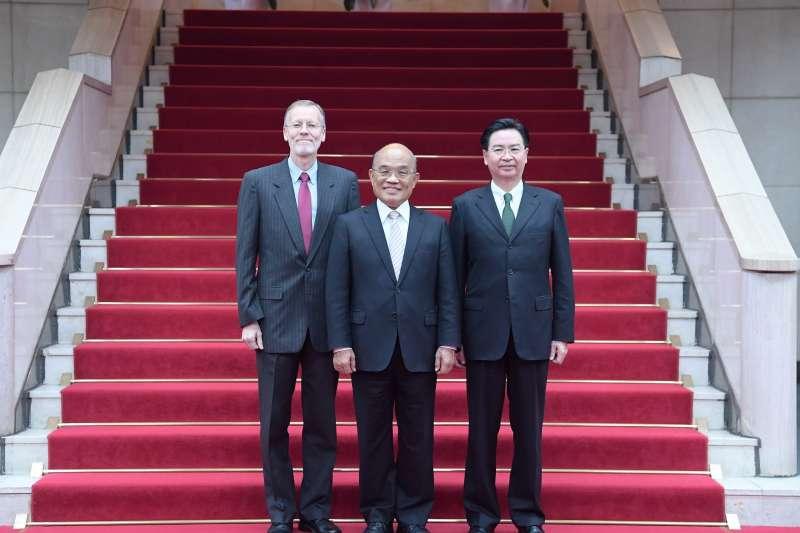 今年是《台灣關係法》簽署40周年,行政院長蘇貞昌(中)1日和美國在台協會(AIT)處長儷英傑(左)會面,商談如何深化兩國合作。圖右為外交部長吳釗燮。(取自美國在台協會AIT臉書)