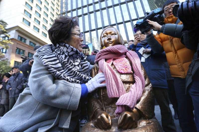 2019年2月1日,南韓已故慰安婦受害者金福童的告別式於首爾舉行,圖為慰安婦倖存者李英淑與在日駐韓大使館的慰安婦銅像。(AP)