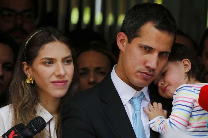 2019年1月31日,委內瑞拉反對派領袖瓜伊多與妻女接受媒體採訪。(AP)