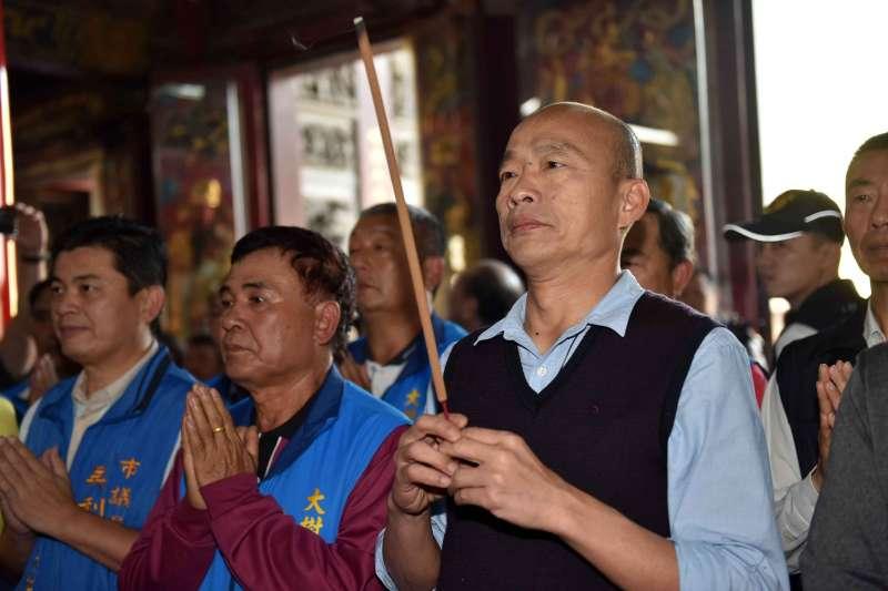 高雄市長韓國瑜是唯一聲望不墜的政治人物。韓國瑜在廟裡捻香祈求。(高雄市政府提供)