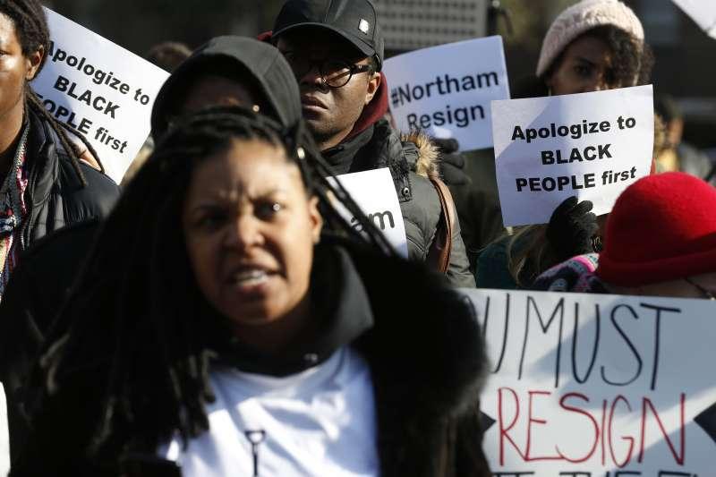 美國維吉尼亞州州長諾桑姆(Ralph Northam)引發種族歧視風暴,許多民眾要求他辭職謝罪(AP)
