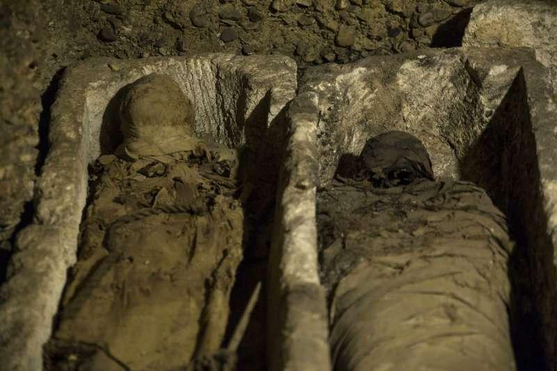 埃及國家古物部表示,考古學家在開羅以南的敏亞發現近50具可追溯回2000多年前托勒密王朝時期的木乃伊。(AP)