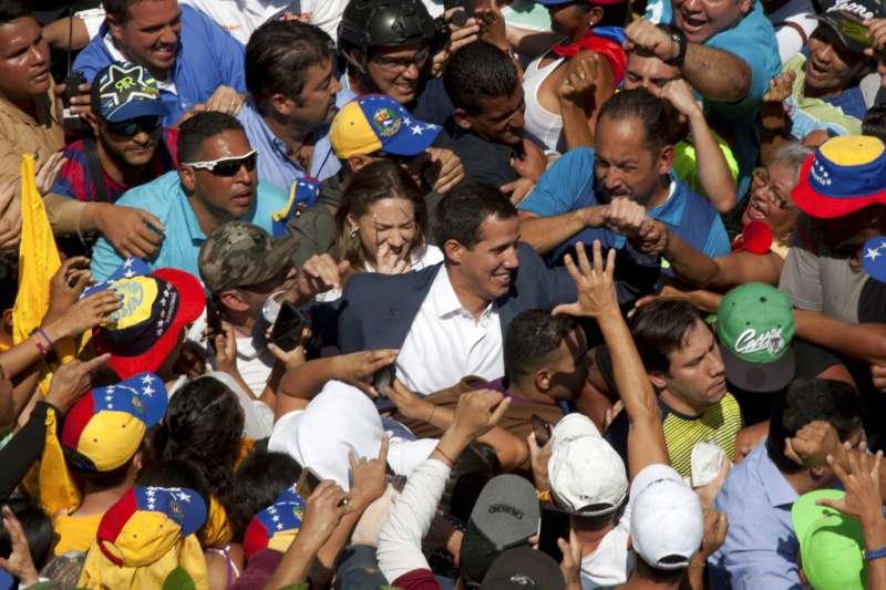 委內瑞拉出現兩個政府,政局瀕臨決戰點。委內瑞拉反對派領袖瓜伊多受到支持者簇擁。(AP)