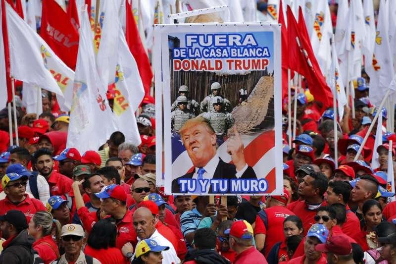 2019年2月2日,委內瑞拉總統馬杜洛的支持者聚集,舉著要求美國總統川普下台的標語。(AP)