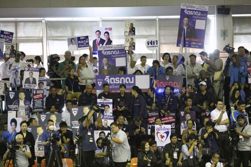 泰國開放候選人登記首日,支持者高舉海報標語(AP)
