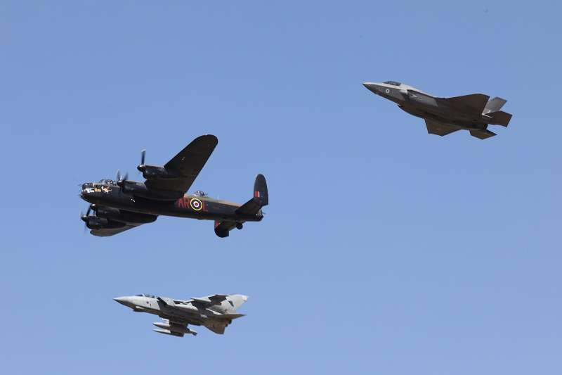 去年7月,為了慶祝成軍100周年,皇家空軍保留二戰時代老飛機的不列顛空戰紀念編隊(Battle of Britain Memorial Flight)派出了一架蘭卡斯特轟炸機,與來自第617中隊的龍捲風GR.4戰鬥攻擊機、英國版的F-35B閃電式戰鬥機一起飛行,紀念「水壩剋星」的歷史。(羅界山攝,許劍提供)