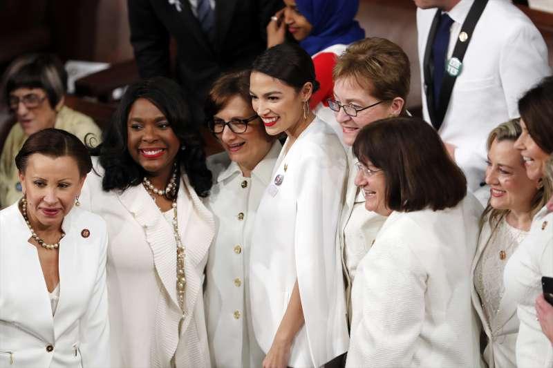 2019美國國情咨文:最年輕國會議員奧卡西歐─寇特茲(中)主張廢除移民及海關執法局(ICE)(AP)