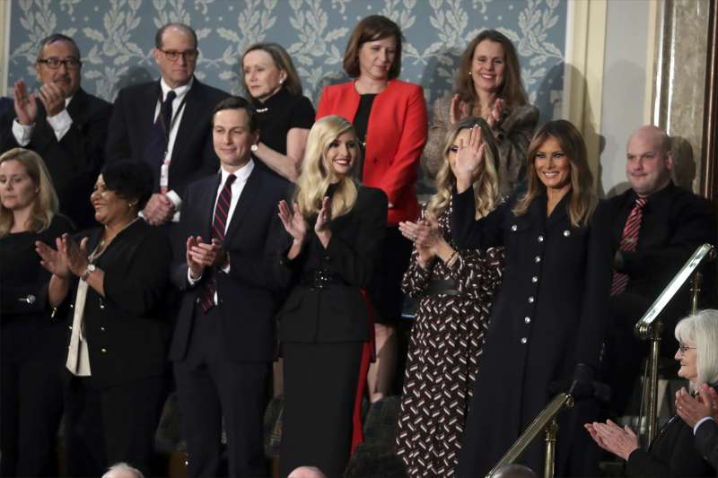 2019美國國情咨文:美國第一夫人梅蘭妮亞(右)與總統川普的女兒伊凡卡、女婿庫許納出席國情咨文演說(AP)