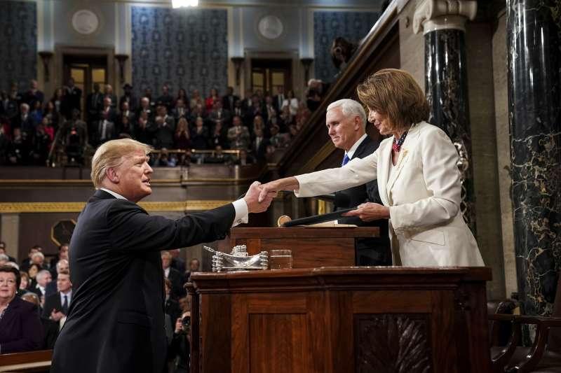 2019美國國情咨文:聯邦眾議院議長裴洛西與美國總統川普握手致意(AP)