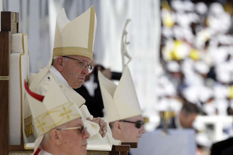 教宗方濟各在阿布達比舉行彌撒,吸引逾18萬名教徒前往參加。(AP)