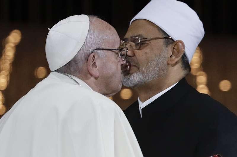 天主教教宗方濟各與艾資哈爾大伊瑪目塔伊布的「和平之吻」(AP)