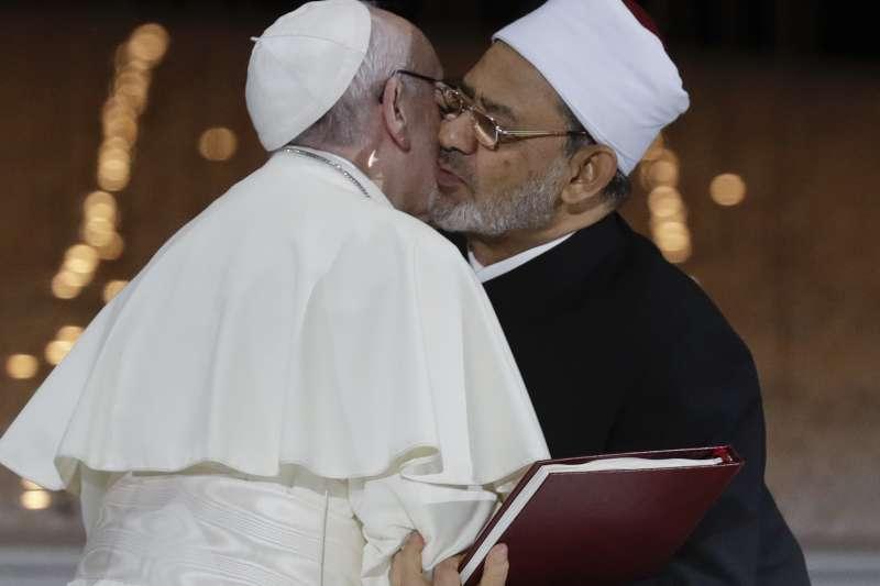 天主教教宗方濟各與艾資哈爾大伊瑪目塔伊布互親臉頰(AP)