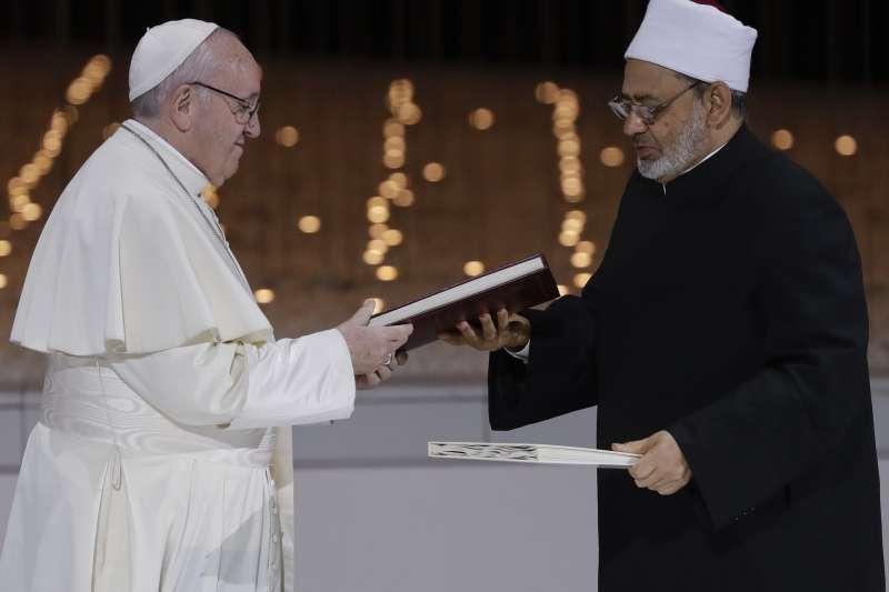 天主教教宗方濟各與艾資哈爾大伊瑪目塔伊布簽署宣言,攜手對抗極端主義(AP)
