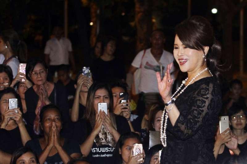 泰國烏汶叻公主2019年2月8日獲得「泰愛國黨」(thai raksa chart)提名為候選人,代表該黨角逐總理一職。圖為烏汶叻2017年向民眾揮手致意。