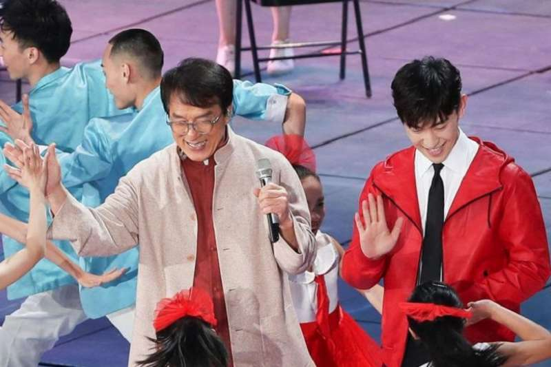 成龍和鄧倫在2019晚舞臺上演唱歌曲。(德國之聲)