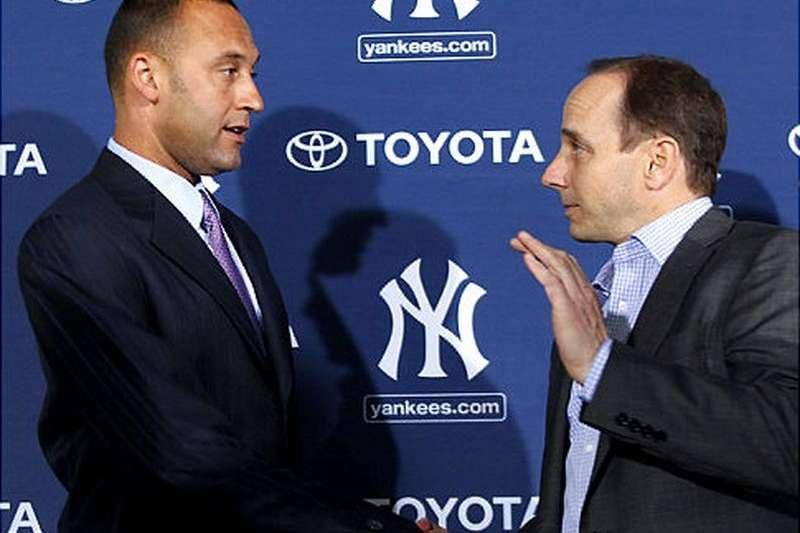洋基前隊長基特(左),現貴為馬林魚老闆,對於捕手瑞爾穆托交易案上,根本不想讓洋基總管凱許曼(右)稱心如意。(美聯社)