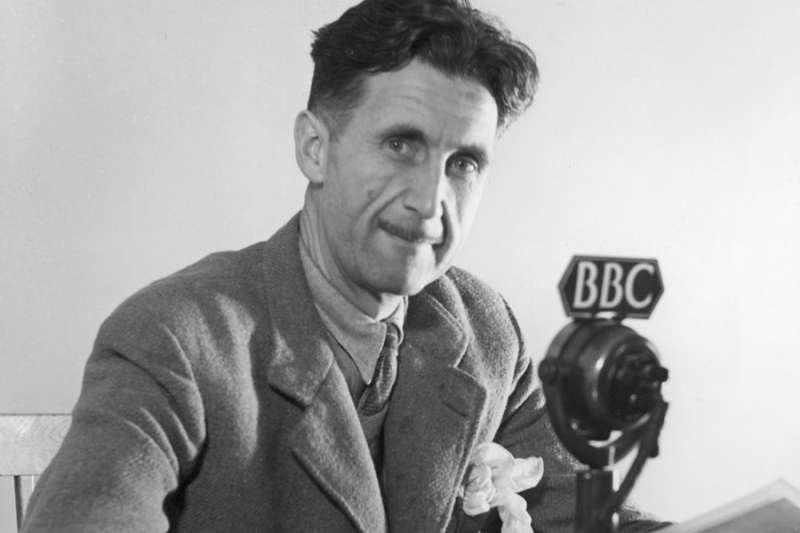 二戰爆發後,歐威爾因為有肺結核沒能參軍上前線,遂到BBC為國效力(BBC中文網)