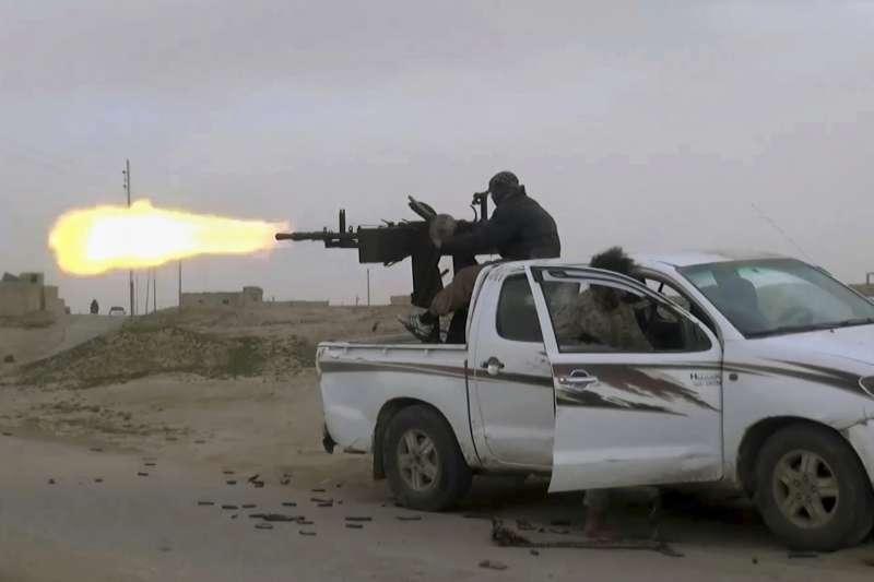 2019年1月,敘利亞北部伊斯蘭國戰士與庫德族部隊交火(AP)