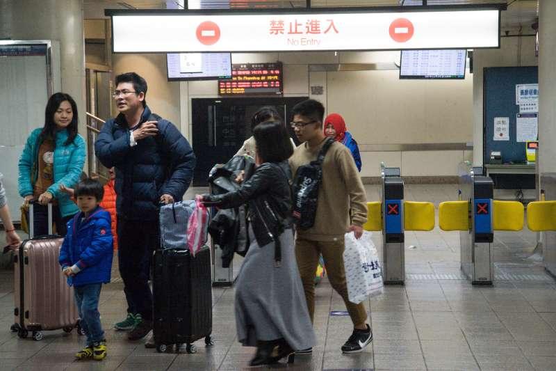 20190210-春節返鄉人潮配圖,搭乘台鐵出站的旅客。(甘岱民攝)
