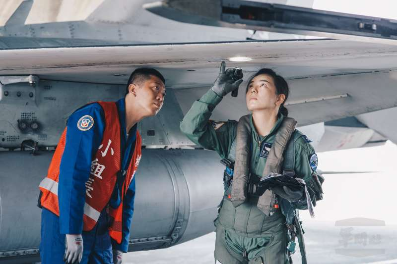 20190211-郭文靜(右)於空軍一聯隊擔任飛官。(取自軍聞社)