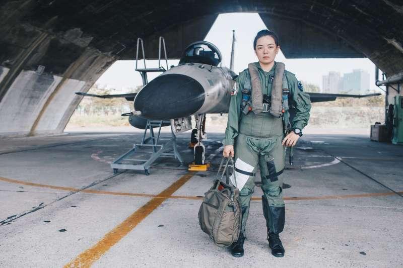 中尉郭文靜(右)於空軍一聯隊擔任飛官,「女性志願役士兵轉飛官」第一人的身分格外受外界矚目。(取自軍聞社)