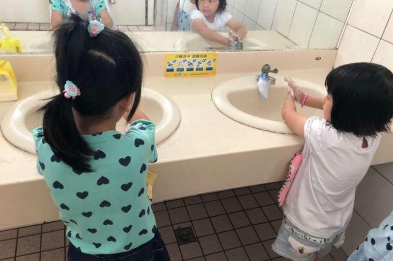 疾管署呼籲,現在正值暑假,孩童若出入人口擁擠的公共場所,返家後或進食前需確實洗手。示意圖。(資料照,台中市政府提供)