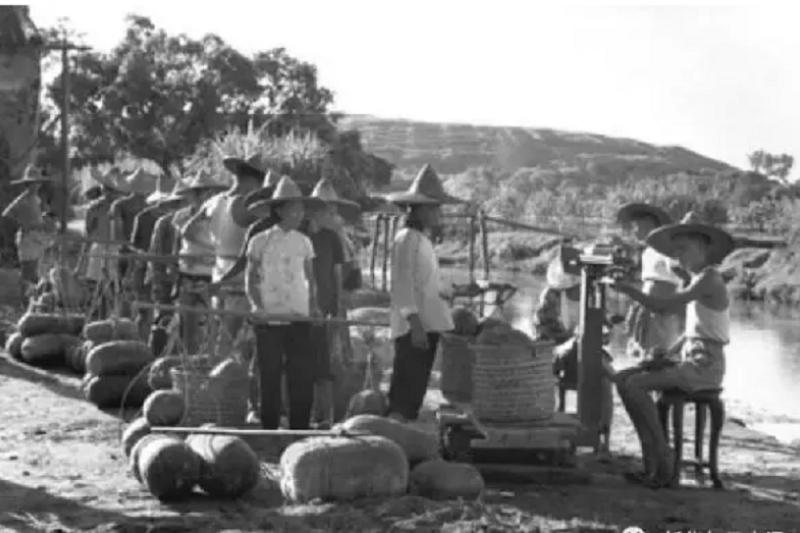 中國的掃除貧窮政策確實已有相當的進展,但鄉村裡的窮人還是很多,他們的收入依然落在其他中國人後面。這個不幸的事實,其成因有一部分就是「戶口」制度,戶口制度使鄉村人口受到了限制。(資料照,攝於1962年/新華社)
