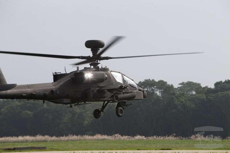 20190211-國防部日前首度公開一項考驗阿帕契飛官夜航能力的「BAG蓋罩訓練」。AH-64E攻擊直升機在蓋罩訓練狀態中,由後座學員進行原地旋轉課目,飛行員要隨時注意直升機與地面的高度,確保飛行安全。(取自軍聞社)
