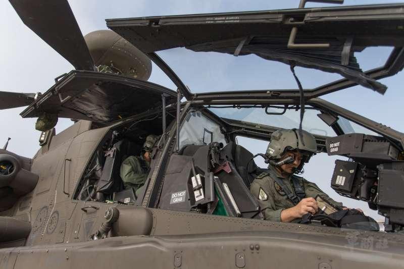 20190211-國防部日前首度公開一項考驗阿帕契飛官夜航能力的「BAG蓋罩訓練」。前後座飛行員在蓋罩訓練起飛前,進行各項檢查及調整,可以明顯看見後座座艙已用專用罩布隔絕光源。(取自軍聞社)