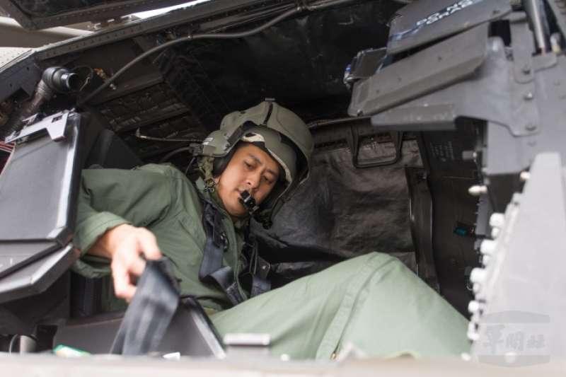 20190211-國防部日前首度公開一項考驗阿帕契飛官夜航能力的「BAG蓋罩訓練」。(取自軍聞社)