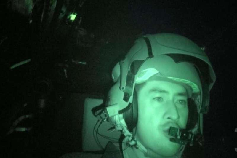 國防部日前首度公開一項考驗阿帕契飛官夜航能力的「BAG蓋罩訓練」。(取自軍聞社)